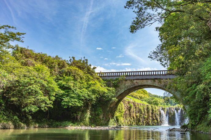 姶良市にある金山橋と板井手の滝の写真