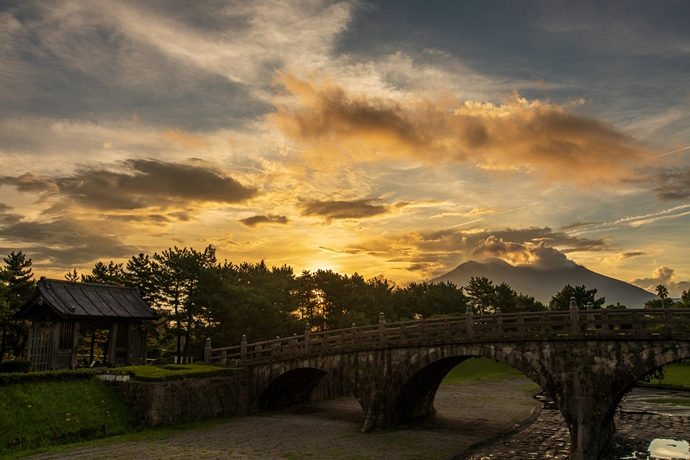 石橋記念公園に架かる西田橋と日の出