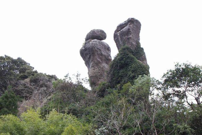 【南さつま市】内山田立神:加世田の森の中にそびえる一対の巨石