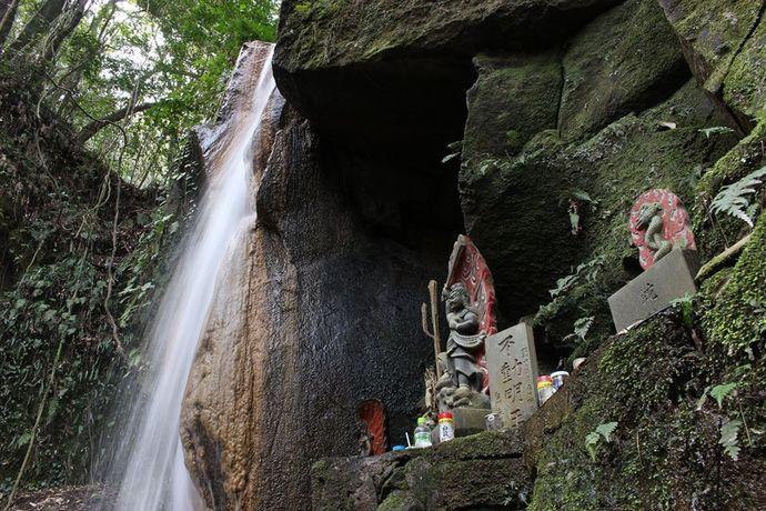 風情のある幸加木神社の滝