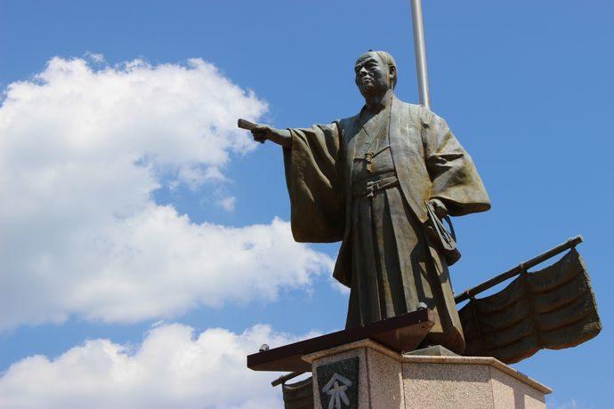 指宿港にある濱崎太平次の像