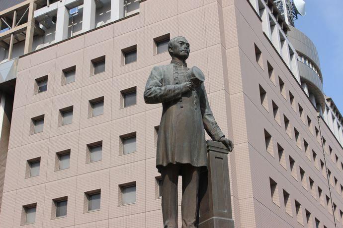 鹿児島県警の前にある川路利良像