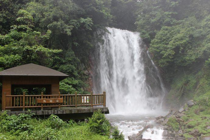 丸尾の滝:霧島にある温泉が流れ込んでいる滝