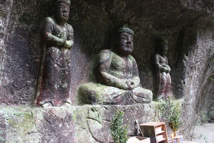 岩堂観音磨崖仏:南北朝時代に彫られた県指定の文化財