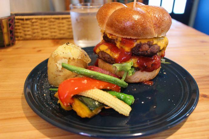 Oose cafe(オオセカフェ ):パンチのきいたBEEF100%ハンバーガーを体感!宇宿の新スポットに急げ!