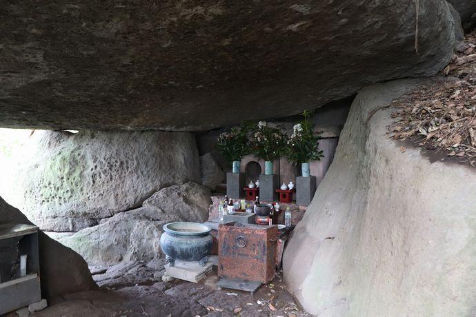 【鹿児島市春山町】岩屋観音:巨石が重なり合う洞窟の観音様