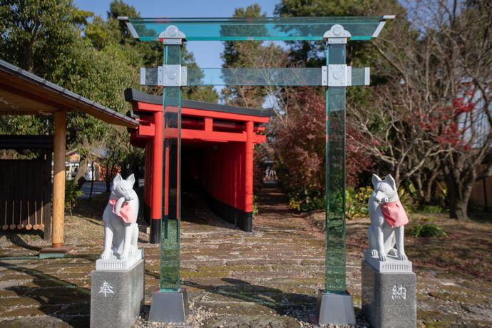 神徳稲荷神社のガラスの鳥居