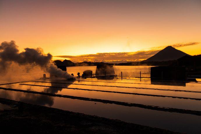 山川製塩工場跡:吹き出す蒸気と夕焼けは一見の価値あり【指宿市山川町】