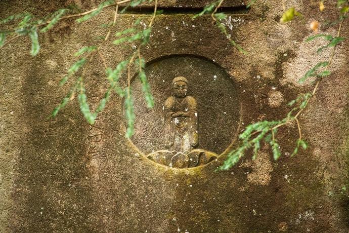 日添磨崖仏:栗野の山奥の大岩に刻まれた森の中の謎多き阿弥陀像【湧水町】
