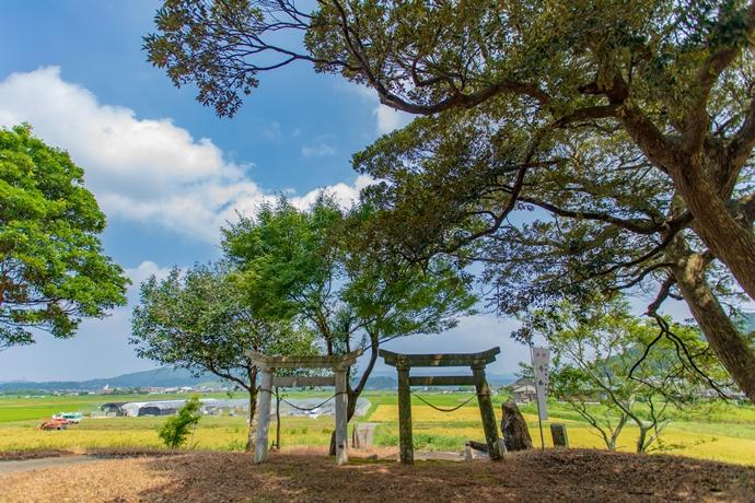 川辺町 小野南方神社:南九州市指定有形文化財の狛犬と田舎の風景