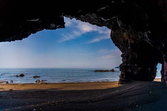 戸ヶ峯海岸の海蝕洞:指宿市山川の海岸で洞窟から開聞岳を眺めてきた